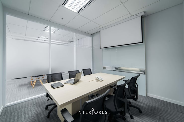 Ruang Meeting (Kecil):  Kantor & toko by INTERIORES - Interior Consultant & Build