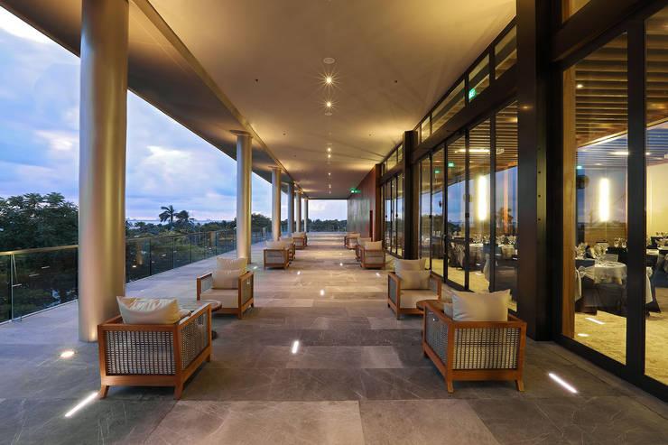 Emporio - IDEA Asociados: Pasillos y recibidores de estilo  por IDEA Asociados, Moderno