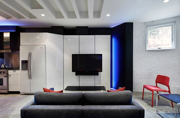 Karr Pad:  Living room by KUBE Architecture