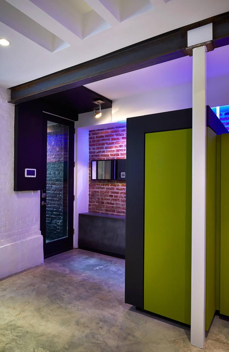 Karr Pad:  Corridor & hallway by KUBE Architecture