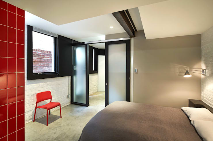 Karr Pad:  Bedroom by KUBE Architecture