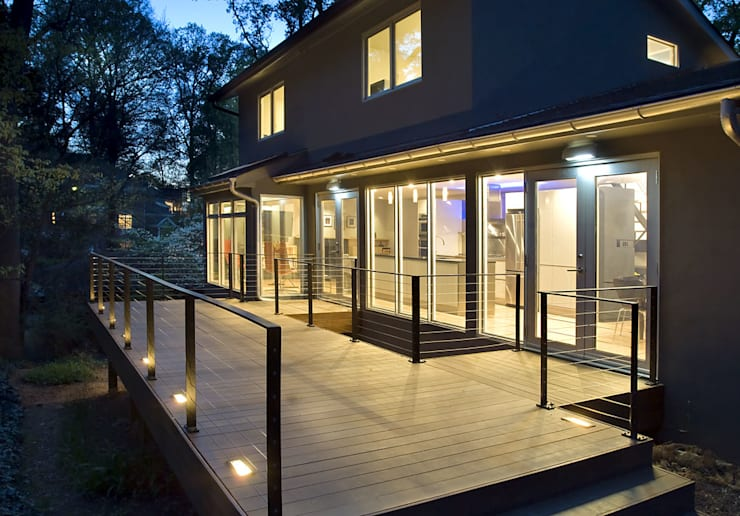 Arlington Residence:  Patios & Decks by KUBE Architecture