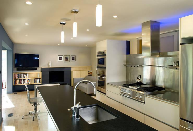 Arlington Residence: modern Kitchen by KUBE Architecture