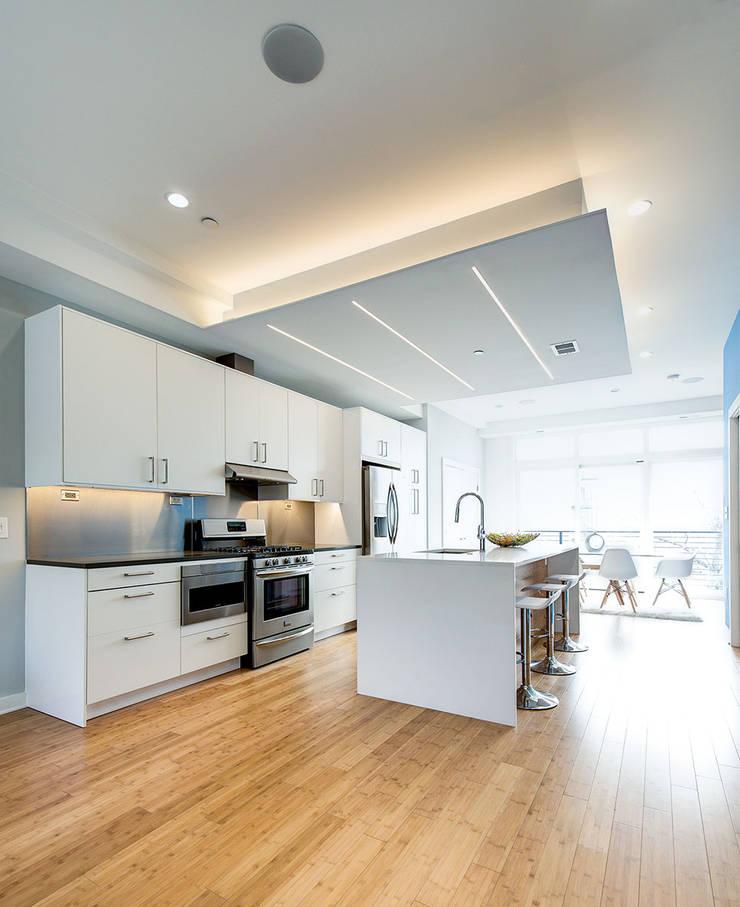 Divis Condo:  Kitchen by KUBE Architecture
