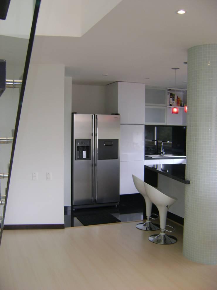 Pent House  RuizPerez-Cocina: Cocinas de estilo moderno por RIVAL Arquitectos  S.A.S.