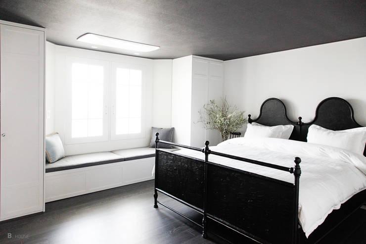 Magnificent master's room: B house 비하우스의  침실,클래식