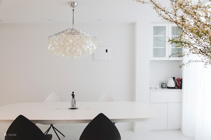 White dining room: B house 비하우스의  다이닝 룸,클래식