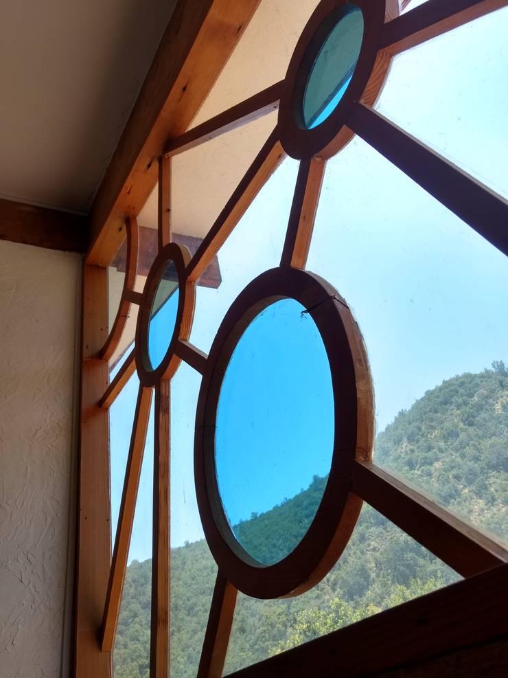 Ventanas de madera – Vitrales Mosaico: Casas de estilo  por Construyendo Reciclando
