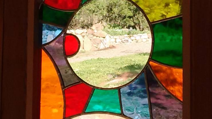 Ventanas de madera – Vitrales Mosaico: Casas de campo de estilo  por Construyendo Reciclando