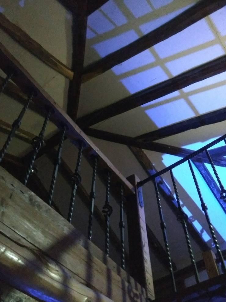 Interiores Casa Madera Adobe: Casas de madera de estilo  por Construyendo Reciclando
