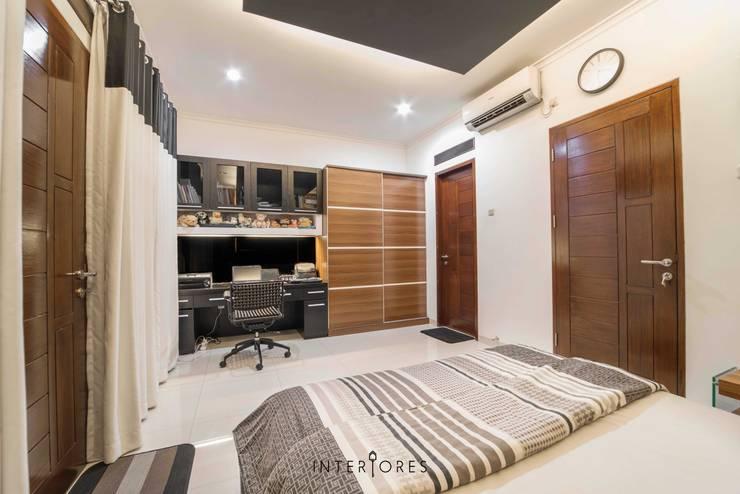 Kamar 2 - Lemari & Meja Belajar:  Kamar Tidur by INTERIORES - Interior Consultant & Build