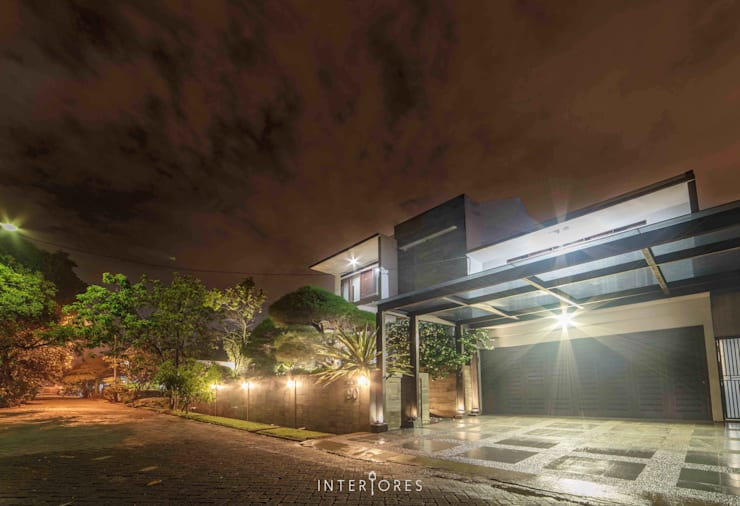 Tampak Depan:  Rumah by INTERIORES - Interior Consultant & Build