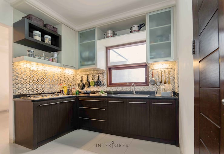 Dapur Kotor:  Dapur by INTERIORES - Interior Consultant & Build