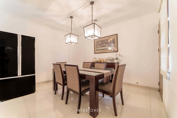Ruang Makan:  Ruang Makan by INTERIORES - Interior Consultant & Build