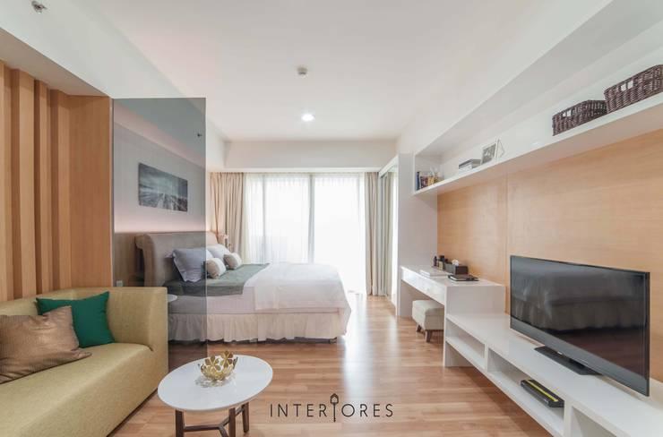 Living Area:  Ruang Keluarga by INTERIORES - Interior Consultant & Build
