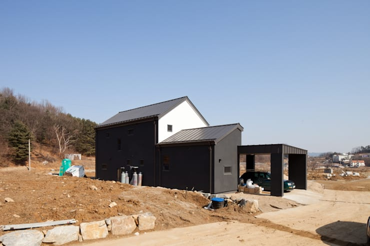 주택 측면: 위드하임의  목조 주택,모던