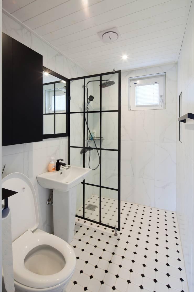 욕실: 위드하임의  욕실,모던