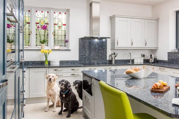 Dapur built in oleh Raycross Interiors, Klasik