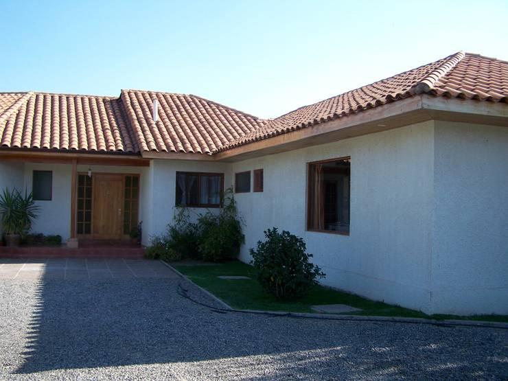 Acceso Principal: Casas unifamiliares de estilo  por Casabella