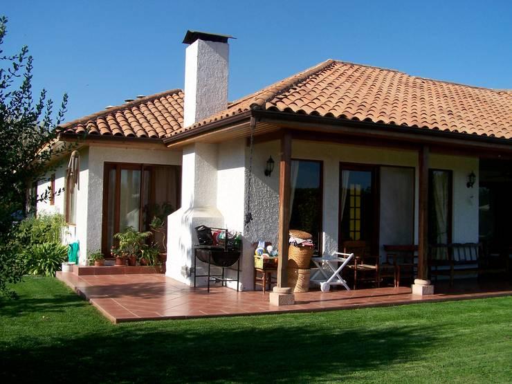 Terraza: Chalets de estilo  por Casabella