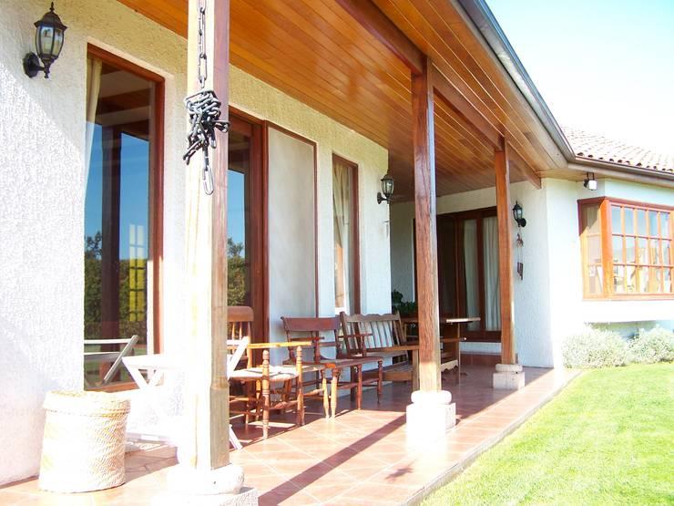 Casa Alejandro Bahamondes: Terrazas  de estilo  por Casabella