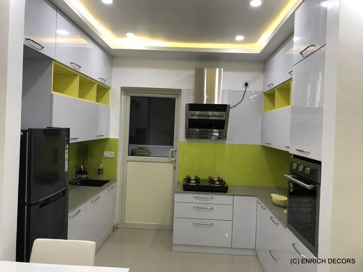 Modular Kitchen :  Built-in kitchens by Enrich Interiors & Decors