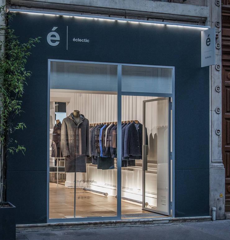 Enseigne extérieure: Locaux commerciaux & Magasins de style  par ENZYME Design, Objets Extraordinaires