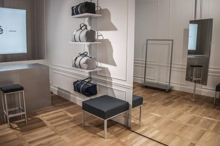 Étagère et siège: Locaux commerciaux & Magasins de style  par ENZYME Design, Objets Extraordinaires