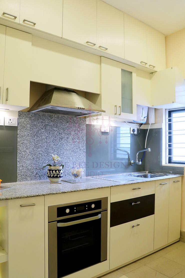 2 BHK Apartment of Mr Ritabrata Ray Kolkata:  Built-in kitchens by Cee Bee Design Studio,Modern