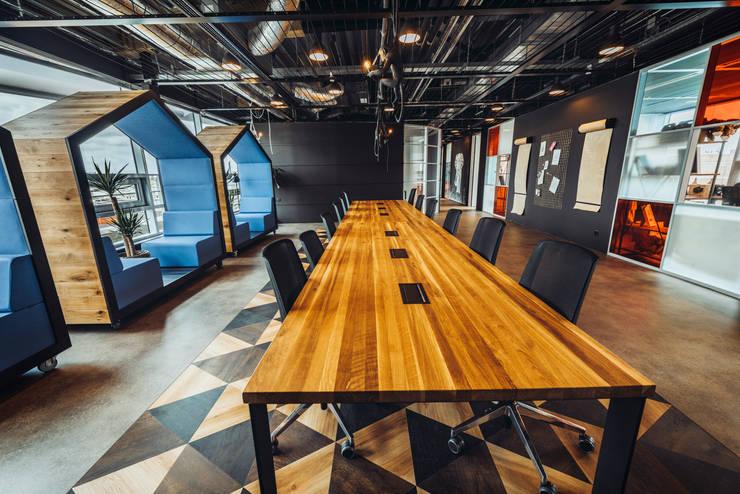 An oversized wooden conference table: modern  von Ivy's Design - Interior Designer aus Berlin,Modern Holz Holznachbildung