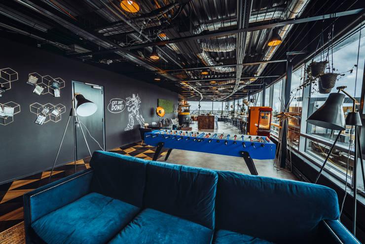 Glass windows, industrial design ceilings and a blue velvet couch: modern  von Ivy's Design - Interior Designer aus Berlin,Modern Textil Bernstein/Gold