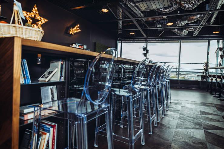 The transparent high ghost chairs: modern  von Ivy's Design - Interior Designer aus Berlin,Modern Plastik