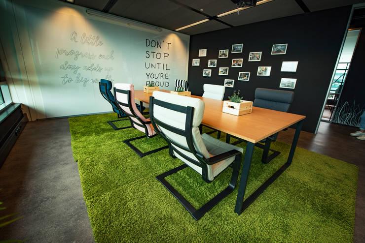 Beige working desk chairs and bright green rugs: modern  von Ivy's Design - Interior Designer aus Berlin,Modern Textil Bernstein/Gold