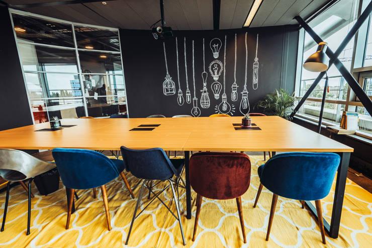 Yellow rug, red velvet chair and black wall: modern  von Ivy's Design - Interior Designer aus Berlin,Modern Textil Bernstein/Gold