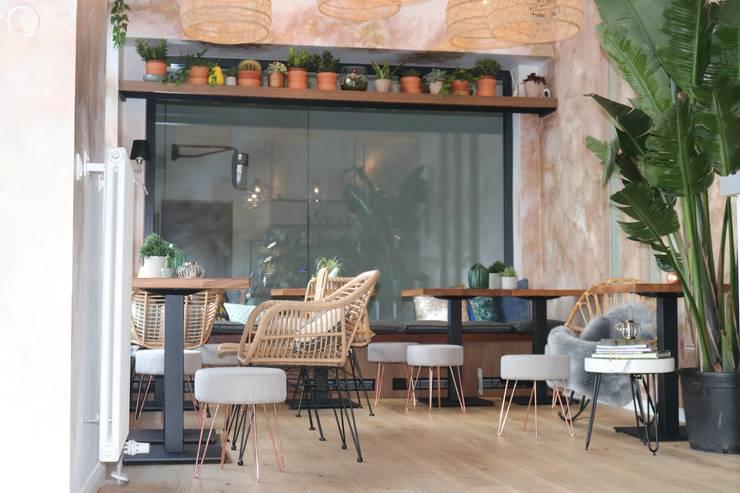 mix and matched rattan and natural material chairs von Ivy's Design - Interior Designer aus Berlin Mediterran Rattan/Korb Türkis