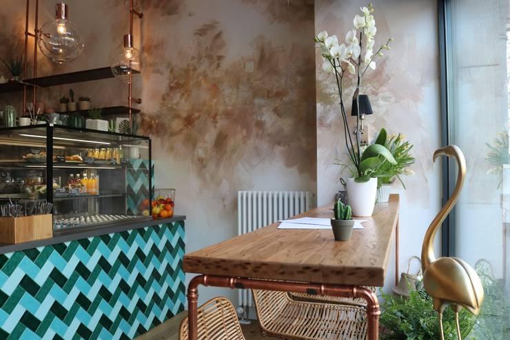 oak wooden custom made high dinning table von Ivy's Design - Interior Designer aus Berlin Rustikal Holz-Kunststoff-Verbund