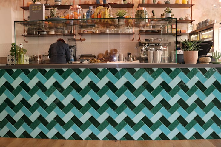 Herringbone patterned custom made emerald bar von Ivy's Design - Interior Designer aus Berlin Mediterran Fliesen