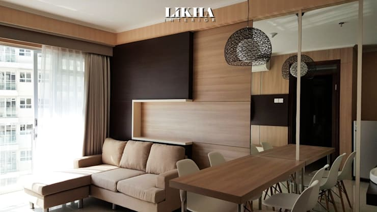 Natural Living Room & Dining Table:  Ruang Keluarga by Likha Interior