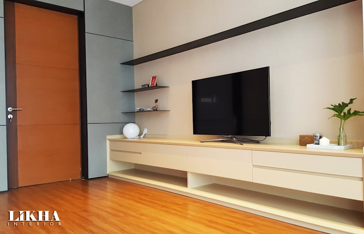 Cabinet TV on Bedroom:  Kamar Tidur by Likha Interior