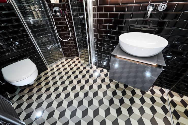 Modernes und extravagantes Badezimmer:  Badezimmer von Banovo GmbH