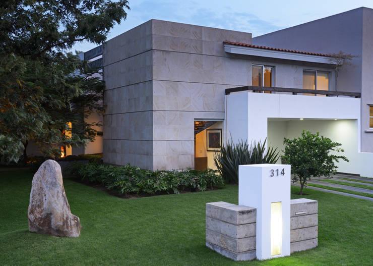 Fachada : Casas unifamiliares de estilo  por Stuen Arquitectos