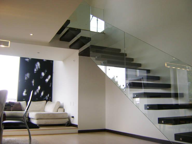 Pent House  RuizPerez-Sala y Escalera: Escaleras de estilo  por RIVAL Arquitectos  S.A.S.