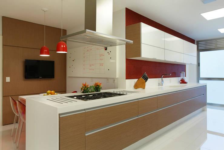Península II: Armários e bancadas de cozinha  por Patrícia Netto Arquitetura & Design