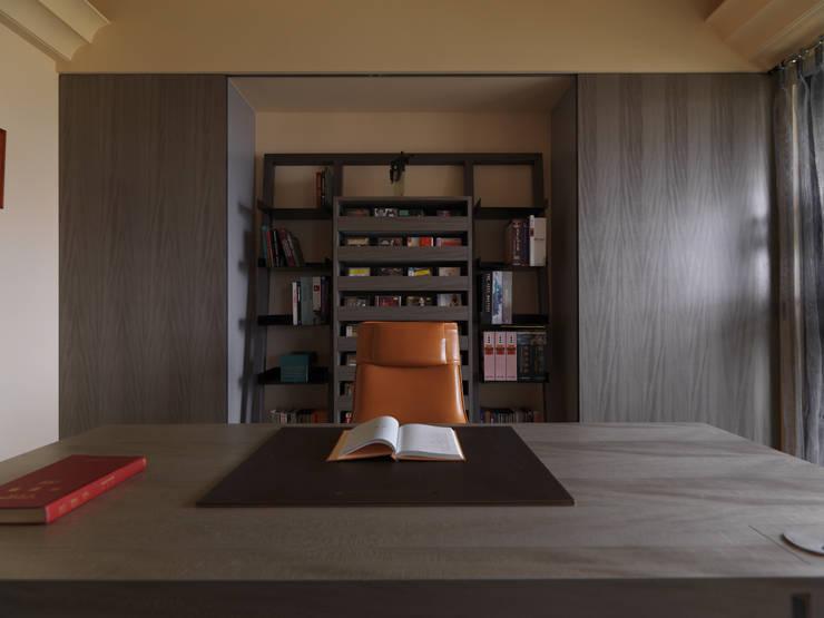 寬隆敦和侯宅:  書房/辦公室 by 李正宇創意美學室內裝修設計有限公司
