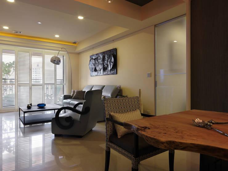 寬隆敦和侯宅:  客廳 by 李正宇創意美學室內裝修設計有限公司
