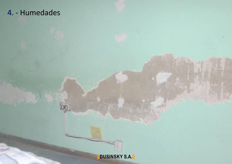 4 - HUMEDADES: Casas unifamiliares de estilo  por DUSINSKY S.A.,