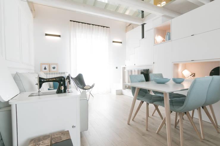 SALON-COMEDOR: Salones de estilo  de Rooms de Cocinobra