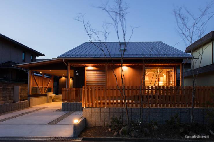 平屋に見えるように低く作られた外観 (Aspecto hizo la altura mantenerse tan baja como se ve en una sola planta): アグラ設計室一級建築士事務所 agra design roomが手掛けた木造住宅です。