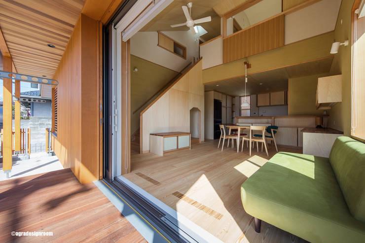 低い吹き抜けのあるリビング (La sala de estar con techo un poco alto(no mucho). ): アグラ設計室一級建築士事務所 agra design roomが手掛けた窓です。
