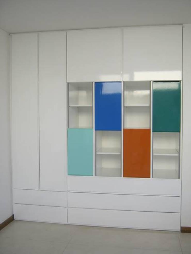 Estudios y oficinas de estilo  por Romina Sirianni